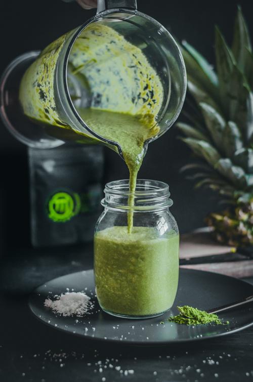 kókuszos-ananászos matcha smoothie kiöntés