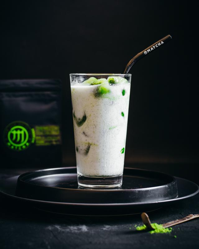 M Matcha jégkocka kókusztejjel pohárban