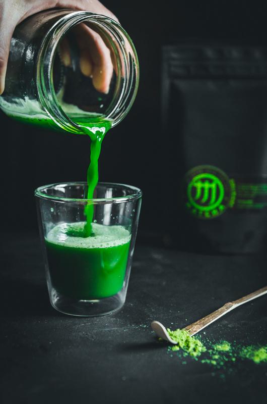 M matcha shot pohárba töltés